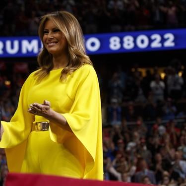 Melania Trump y su mono amarillo fueron lo más brillante de este acto presidencial