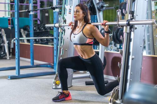 Una rutina de entrenamiento de fuerza para mujeres principiantes en el gimnasio