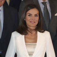 La Reina Letizia repite el traje blanco que tan bien le funciona siempre