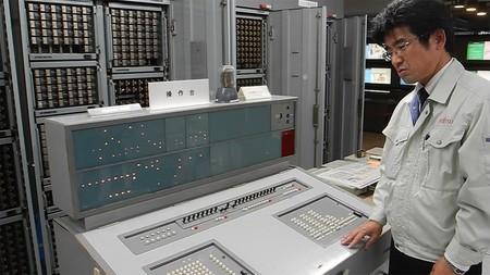 En Japón un técnico informático se encarga de que este ordenador de 1959 siga funcionando 61 años después