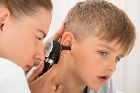 Cera en los oídos del bebé y niño: por qué se produce y cómo limpiar el exceso de cerumen sin dañar el conducto auditivo