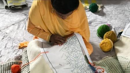 Bordados tradicionales protagonizan la colección de alfombras BACKSTITCH de Raw-Edges para GAN