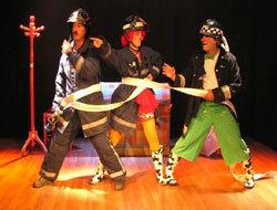 Dos pillos y un bombero en el Teatro Auditorio de Roquetas de Mar
