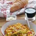 Tagliatelle paglia e fieno con nata y jamón. Receta italiana fácil y rápida