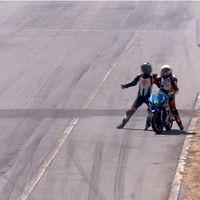 Lo que nunca debes hacer en una carrera de motos: pelearte a puñetazo limpio en plena recta de meta