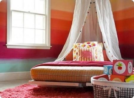Pintar las paredes de la habitación infantil con franjas multicolor