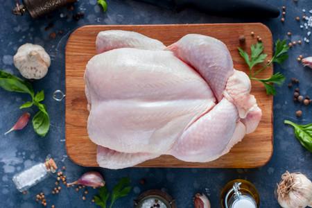 Cuánto ahorras comprando los pollos enteros, en qué partes debes separarlos y siete recetas para cada una de ellas