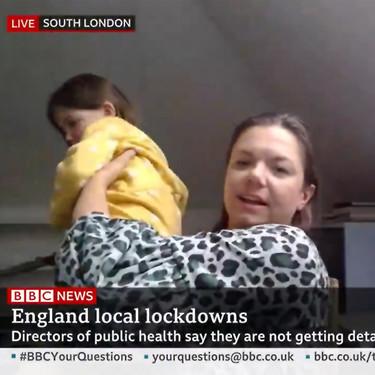 La graciosa entrevista a una profesora en vivo, mientras su hija robaba cámara detrás de ella