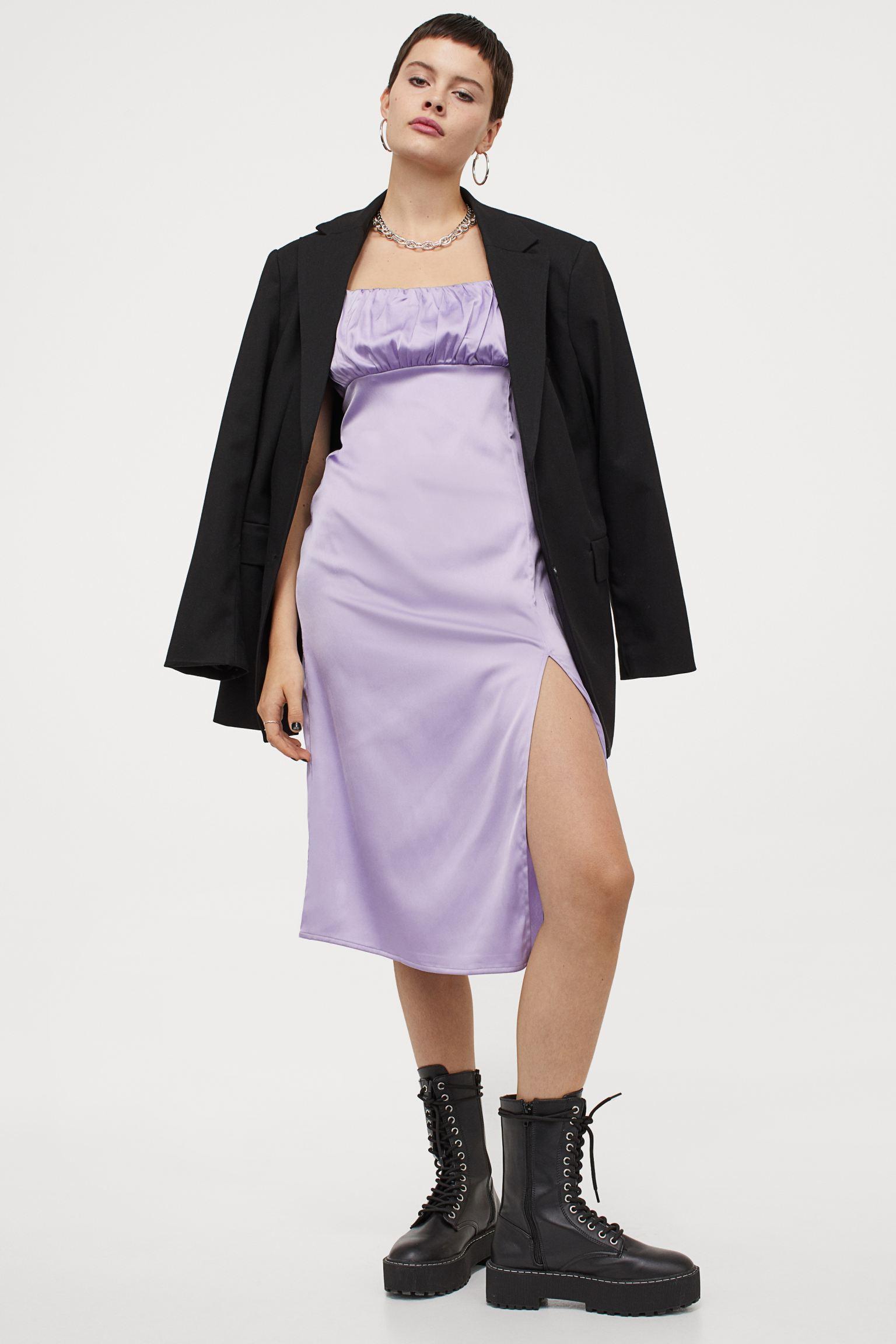Vestido lila satinado con escote fruncido