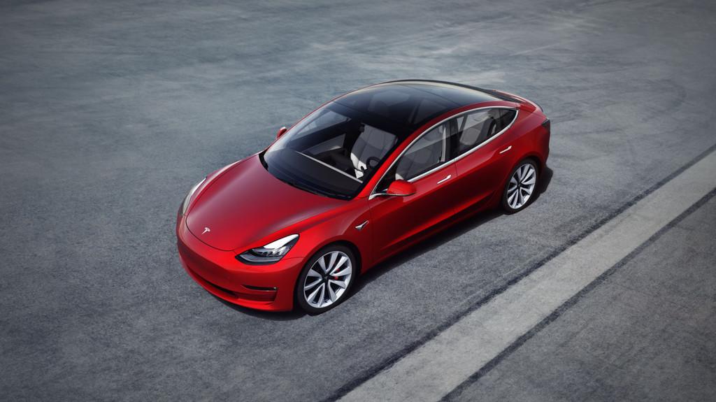 El Tesla Model tres empezará por fin a rodar por Europa a partir de febrero, pero sigue sin ser lo