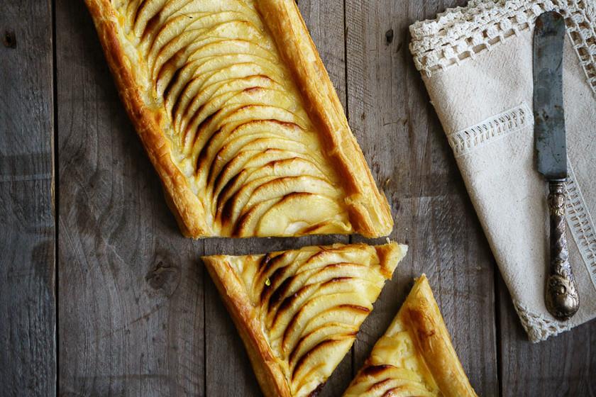 Banda de hojaldre con crema y manzana: receta de pastelería clásica