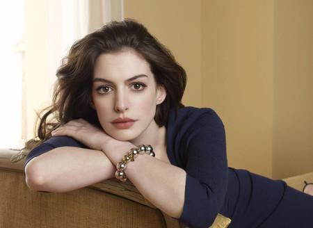 La actriz Anne Hathaway cuenta cómo sus compañeras de rodaje le ayudaron a querer su cuerpo postparto