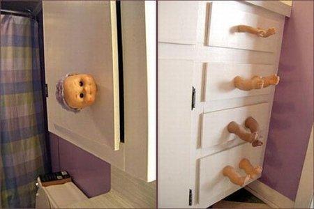 ¿A quién se le ocurre usar trozos de muñecas como tiradores para puertas y cajones?