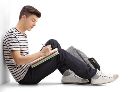 Adolescente escribiendo