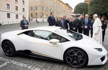 El Lamborghini del Papa Francisco se vendió en más de 16 millones de pesos (bendición y autógrafo incluidos)