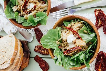Ensalada de quinoa y pescado con jitomate deshidratado. Receta fácil de ensalada saludable