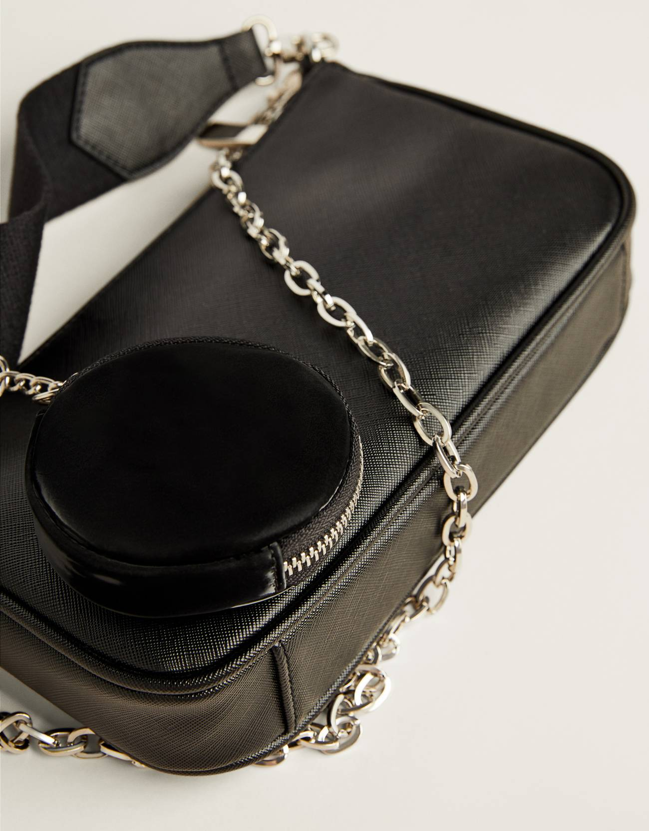 Bolso multipocket negra con cadena