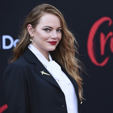 """Emma Stone brilla en la presentación de """"Cruella"""" con un traje que defiende el binomio blanco y negro"""