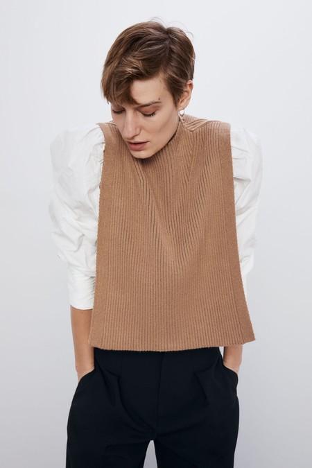 Si te quedaste con las ganas de hacerte con el chaleco sin laterales de Zara, ahora tienes una segunda oportunidad en Mango