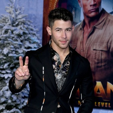 De flores y en color negro, Nick Jonas da con el traje perfecto para llevar este invierno