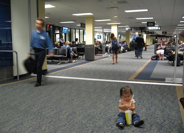Niña en el aeropuerto