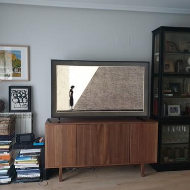 """Probamos la televisión pensada para los que aman el diseño... y nos la pedimos: así es el """"modo cuadro"""" de la Samsung Frame"""