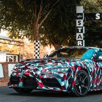Así ruge el Toyota Supra definitivo subiendo la colina de Goodwood, aunque mantiene su camuflaje