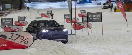 Toyota RAV4 Hybrid AWD-i traccionando en nieve