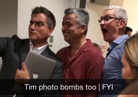 """Tim Cook se pasa por la Apple Store de la Quinta Avenida y """"hace de celebridad"""" por un día"""