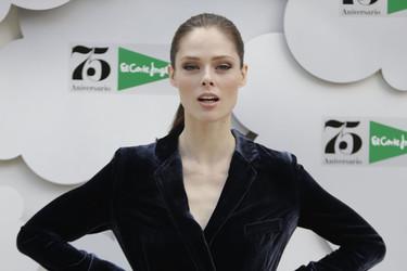 La modelo Coco Rocha ficha por El Corte Inglés y aterriza en Madrid con este espectacular traje de terciopelo
