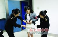 Madre usa a su hija para pasar de contrabando treinta iPhones a China