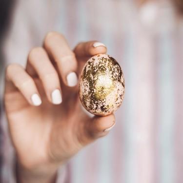 La curiosa y tierna reacción que tienen los bebés al entregarles un huevo