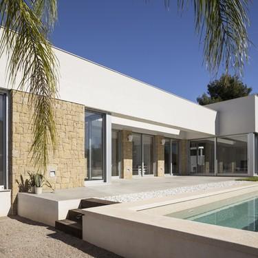 Puertas abiertas: una vivienda unifamiliar de una planta conectada con la piscina y el jardín