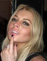 ¡Uys! Pues va a ser cierto eso de que Lindsay Lohan ahora los prefiere con barba...