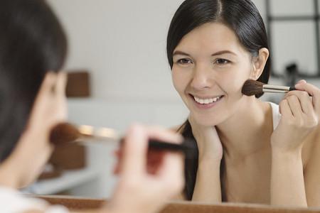 Chica Maquillandose Agua Micelar Cuidado Nivea