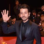 Diego Luna conquista la Berlinale con un total black look en la premiere de 'Django'