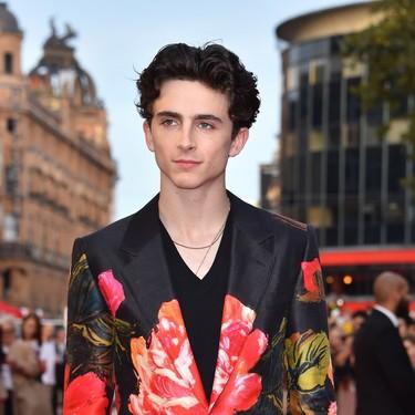 Un look perfecto de Timothée Chalamet con traje de flores
