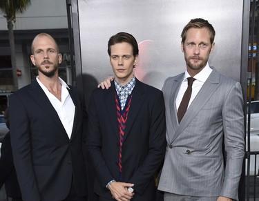 ¿Hay algo mejor que tener a Alexander Skarsgård vestido de traje? Sí, que pose junto a sus dos hermanos