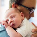 Los brazos son una necesidad básica del bebé, como comer o dormir