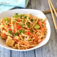Noodles con tofu y aderezo de cacahuate. Receta