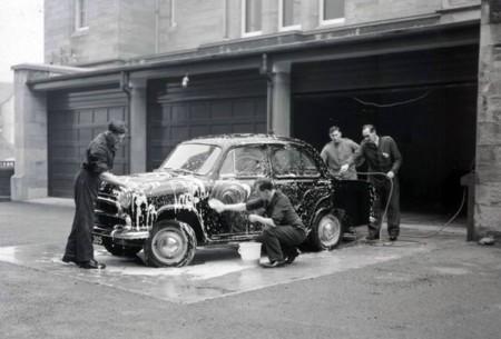 Un lavado de coches con espectáculo incluido (y sin chicas)