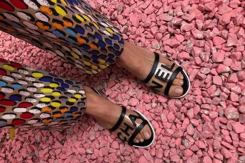La invasión de las sandalias de vinilo es una realidad y estos 15 modelos son un ejemplo