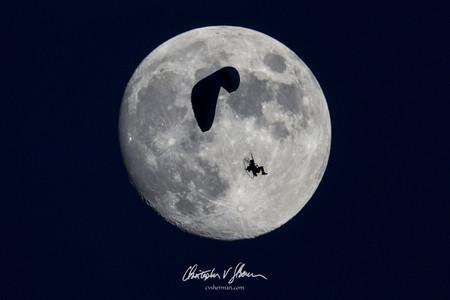 """'Putting a Man on the Moon', de Christopher V. Sherman, celebrando los 50 años del Apolo 11 """"poniendo a otro hombre en la Luna"""""""