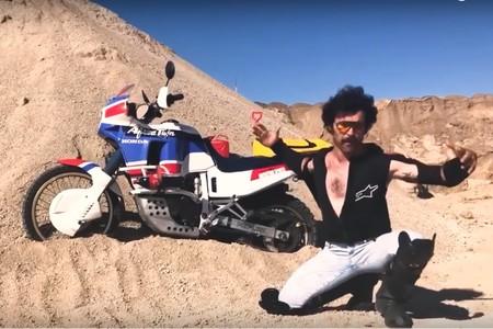 Wilbur vuelve a la carga con otro vídeo: ahora en el desierto con la Honda Africa Twin