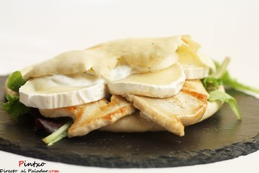 Pan de pita con pavo y salsa de yogur. Receta