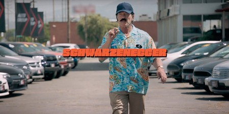 Schwarzenegger se disfraza de vendedor cutre para trolear compradores de coches eléctricos en un vídeo de pura risa
