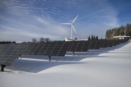 Parque solar con aerogenerador