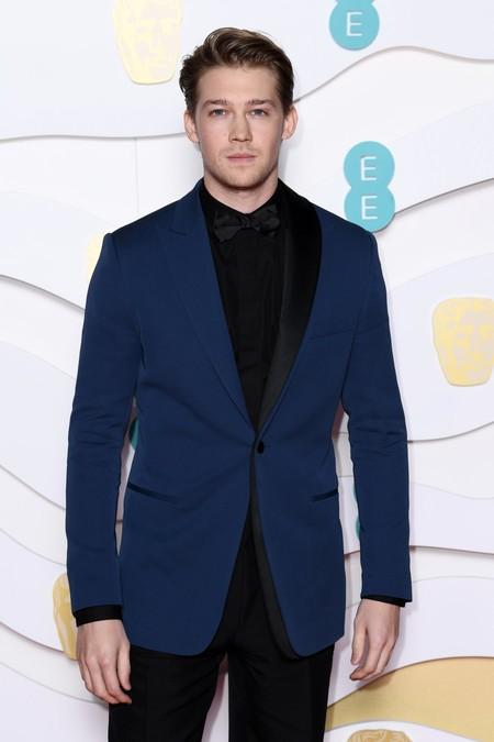 Joe Alwyn contrasta colores en su look para la alfombra roja de los premios BAFTA