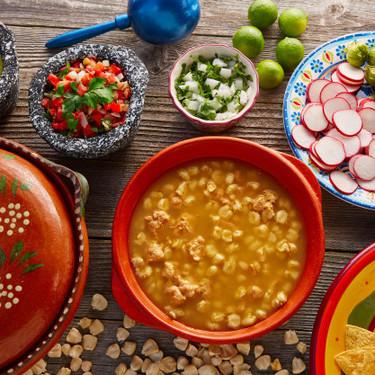 Pozole rojo estilo Jalisco. Receta de la cocina tradicional mexicana