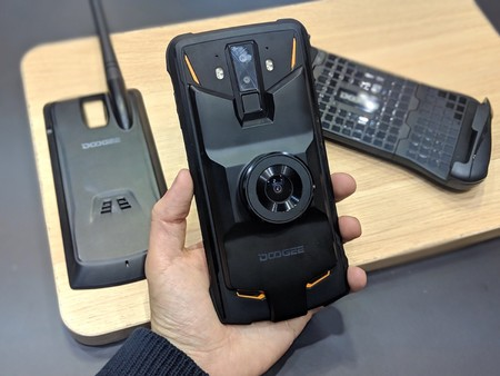 f3b9bcefcc6 Si tuviéramos que nombrar todos los móviles rugerizados que vimos en el MWC  2019 seguramente no terminaríamos. Uno de estos móviles resistentes a  caídas es ...